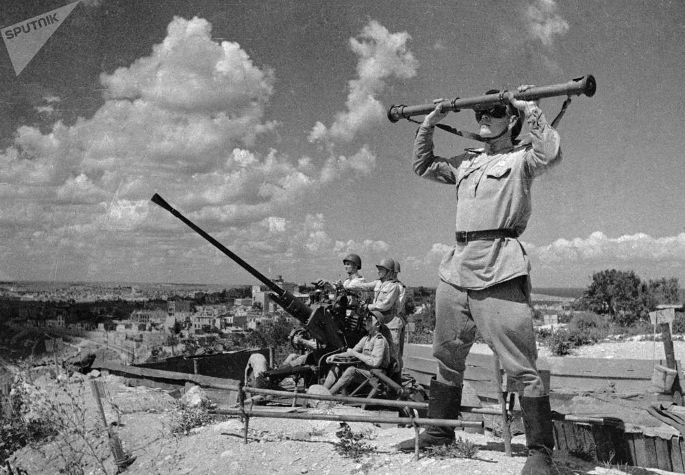 高射炮兵守衛解放後的塞瓦斯托波爾上空,1944年。