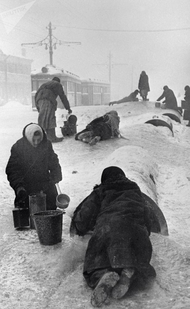 被圍困的列寧格勒居民,1942年。