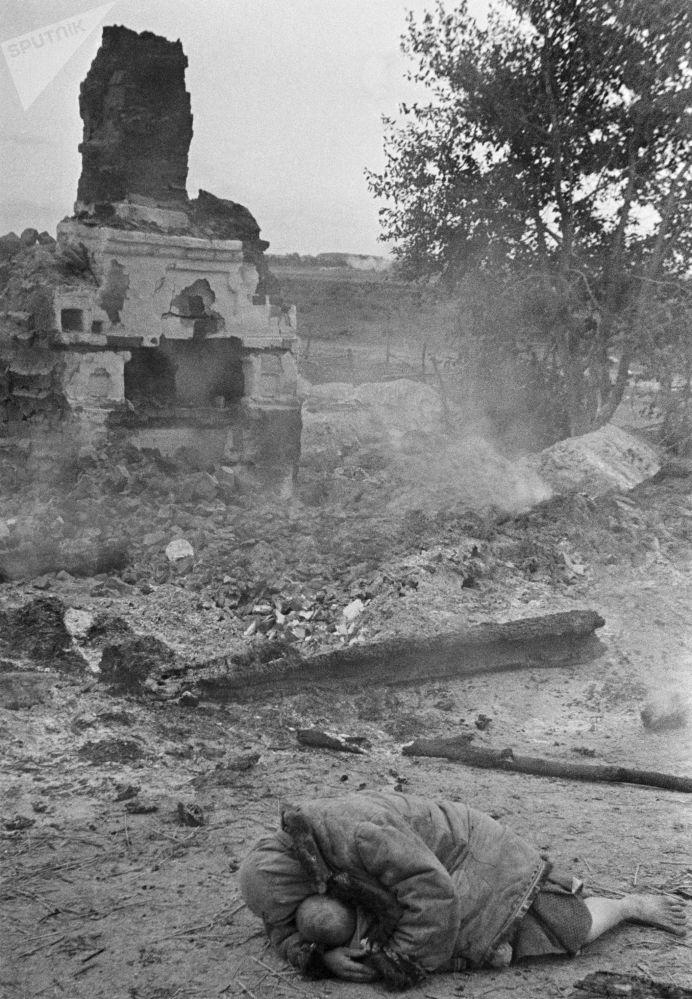 母親在炮擊時保護她的孩子,1941年。
