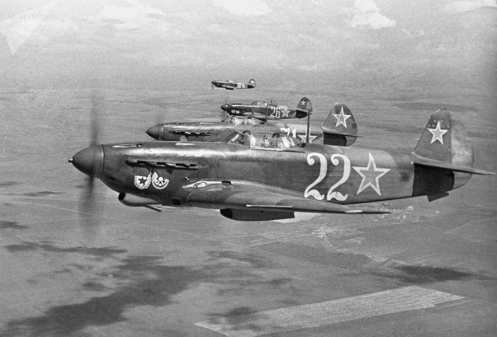 偉大的衛國戰爭期間,塞瓦斯托波爾上空飛行的近衛軍紅旗航空團的戰鬥機,1944年。
