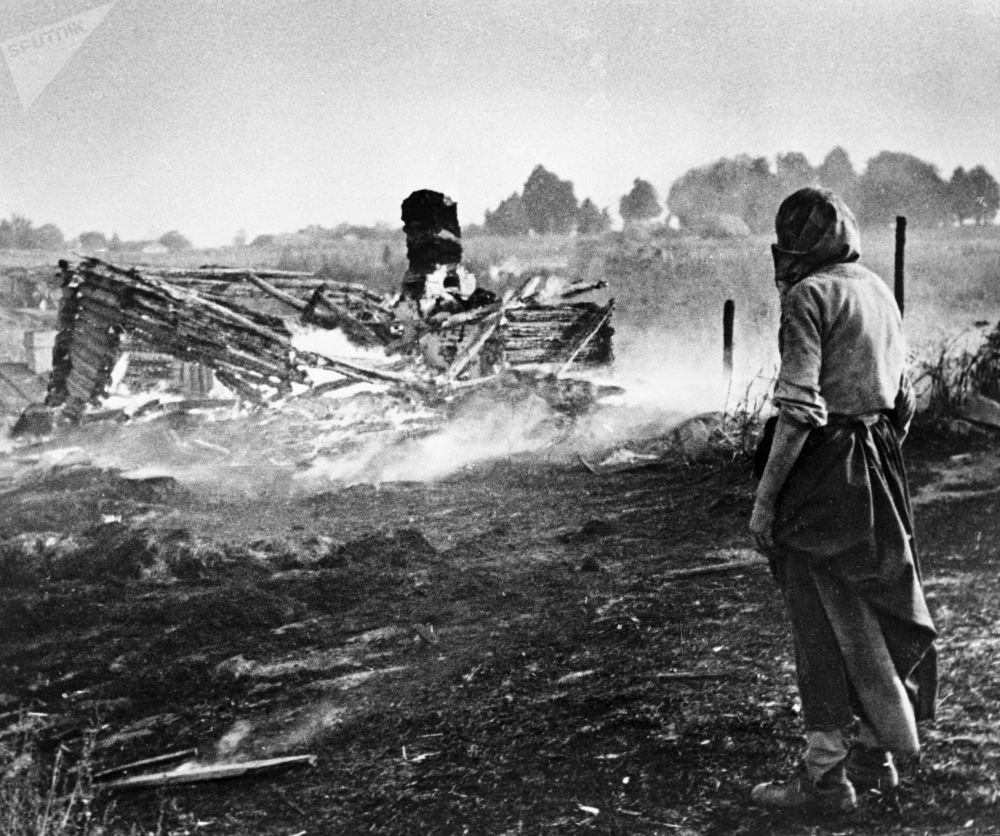 希特勒分子將白俄羅斯村莊燒個精光,1944年。