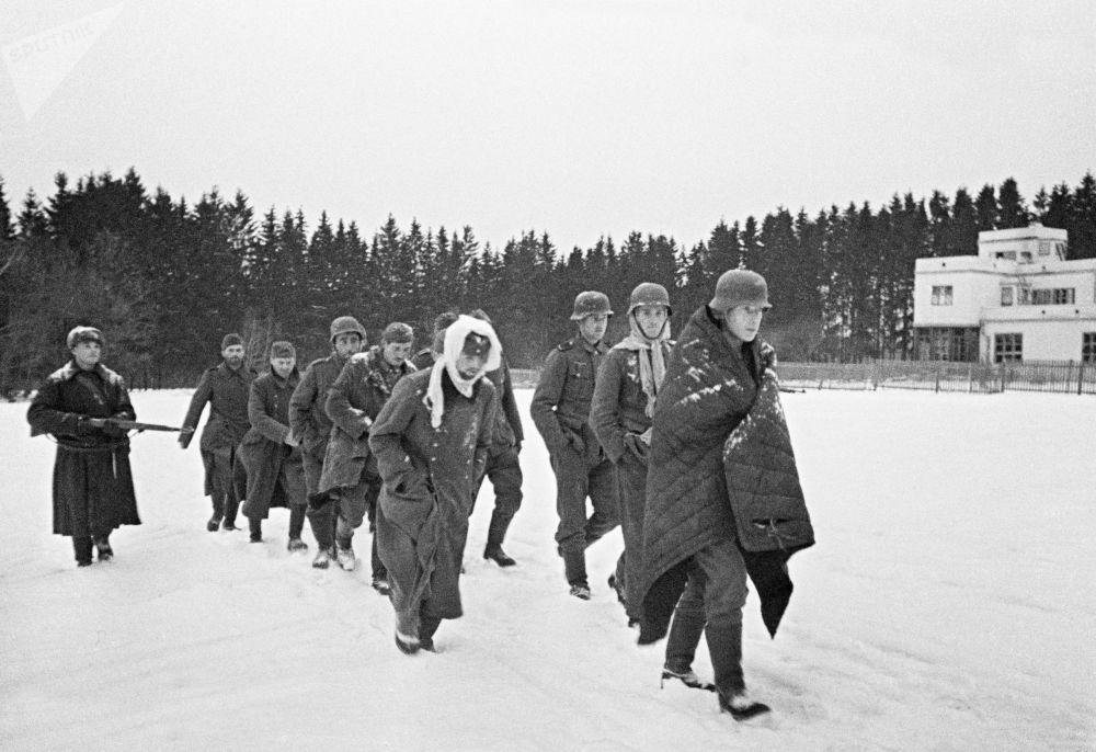 莫斯科郊外被俘的德國人,1941年。