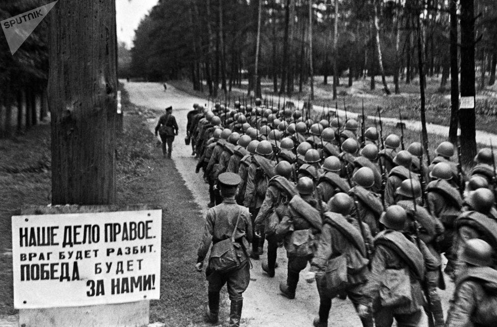 士兵們從莫斯科動身奔赴前線,1941年6月23日。