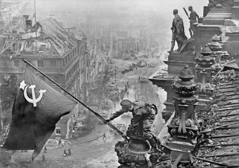 柏林市飄揚的勝利旗幟,1945年。