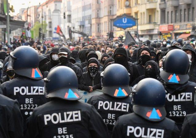 柏林「五一」遊行中約240人被拘留 30多名警員受傷