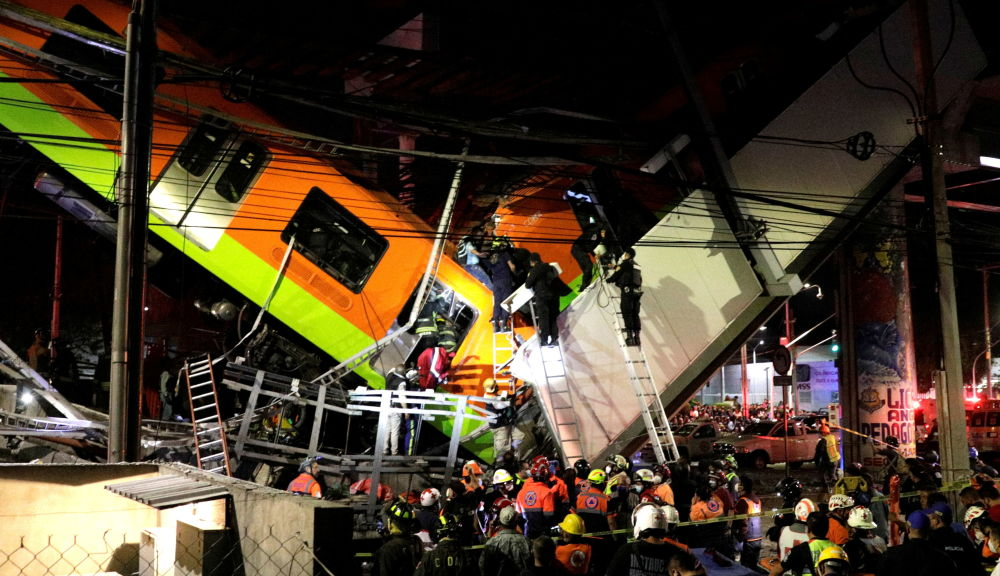 在Olivos和Tesonko站之间的轨道交通桥梁坍塌现场的救援人员,墨西哥城