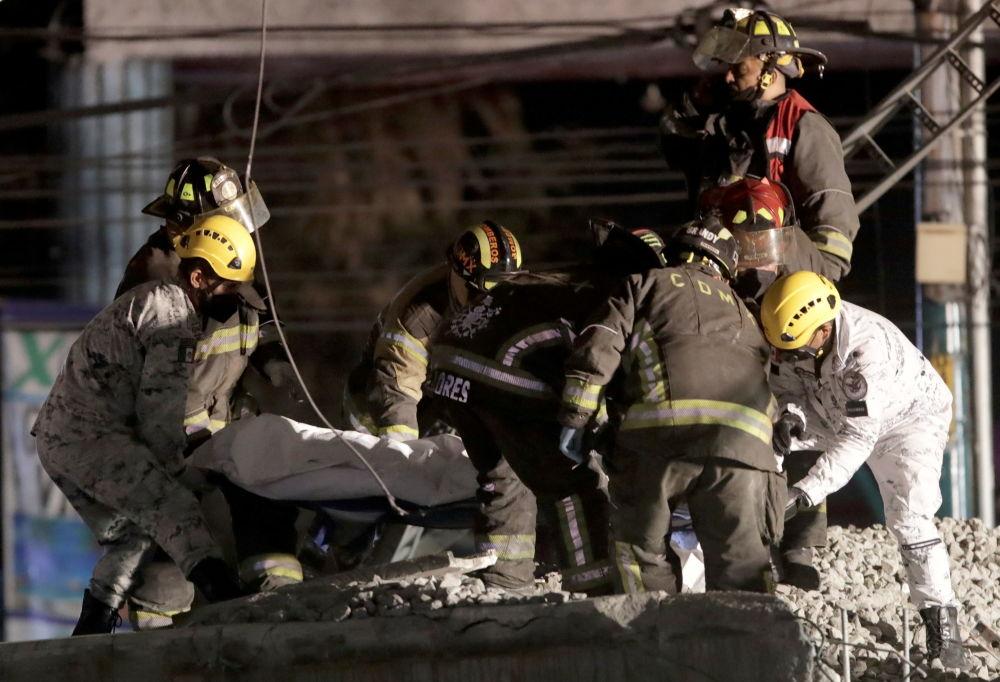 救援人员将在Olivos和Tesonko车站区域发生轨道交通桥梁坍塌事故中的死者遗体带出