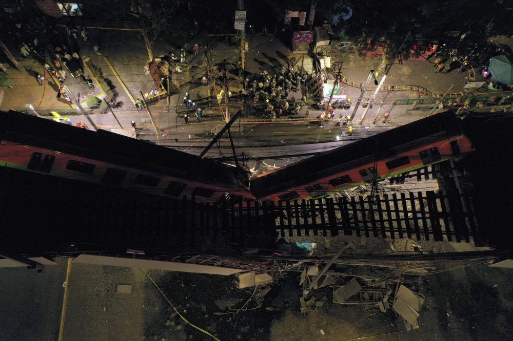 在发生了墨西哥轨道交通桥梁现场坍塌的现场的救援人员,墨西哥城