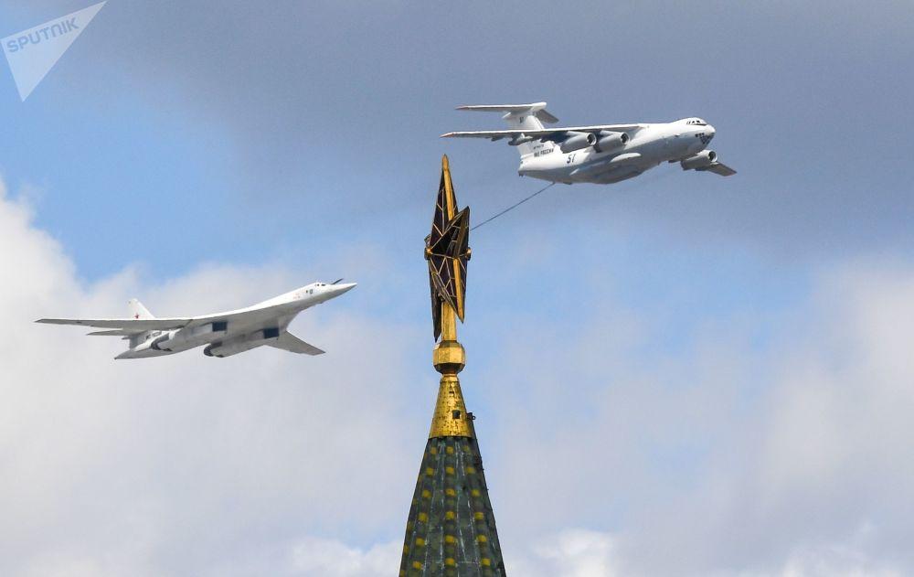 在莫斯科的航空表演彩排期間,在空中的伊爾-78加油機和圖-160戰略轟炸機