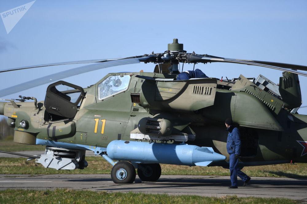 機師在檢查米-28H「夜空獵手」武裝直升機的設備