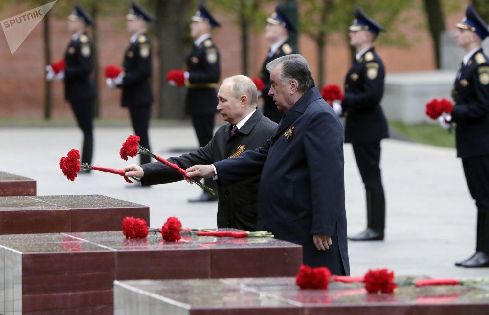 俄羅斯總統弗拉基米爾•普京和塔吉克斯坦總統埃莫馬利•拉赫蒙(右)在亞歷山大花園無名烈士墓旁的英雄城市林蔭路上獻花。