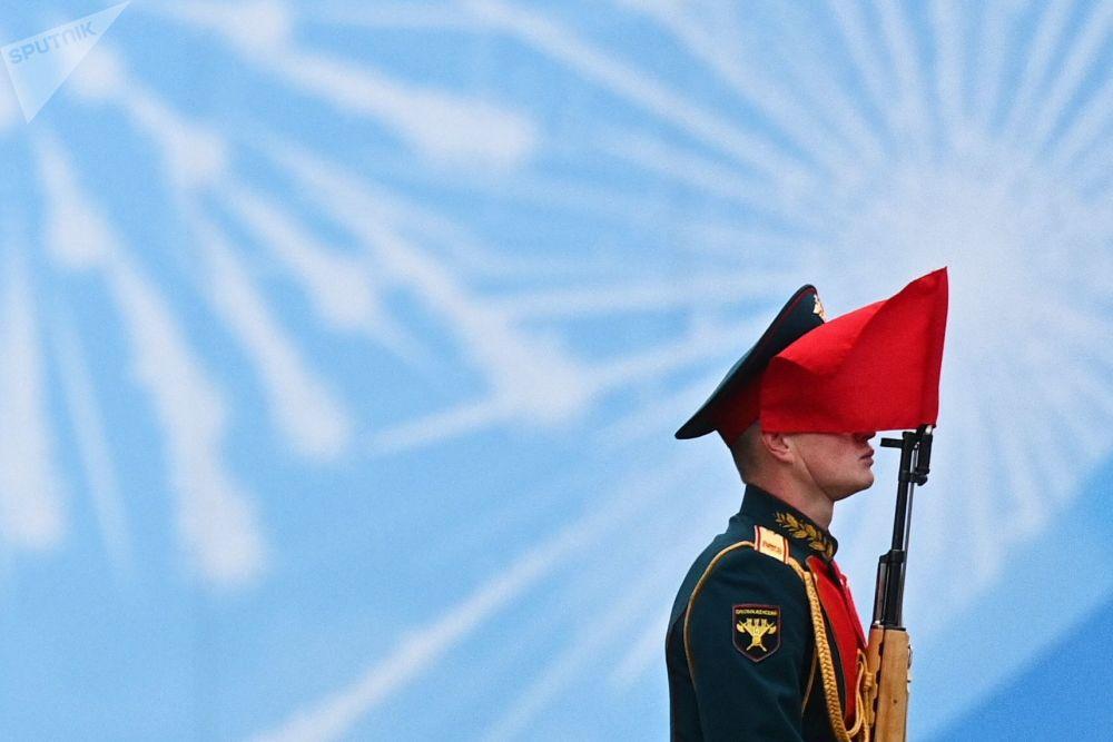 在偉大衛國戰爭勝利76週年軍事閱兵式開始前莫斯科紅場上的軍校生。
