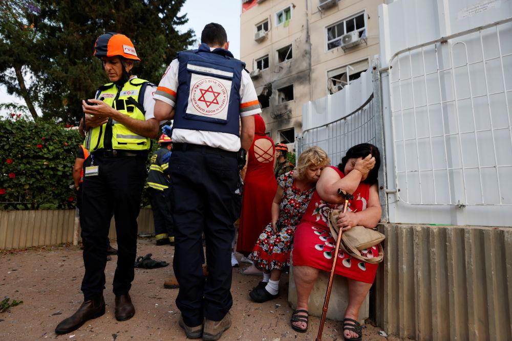 以色列医疗人员救助阿什克伦市居民。