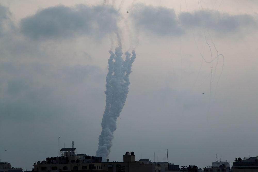 巴勒斯坦向以色列发射火箭弹。
