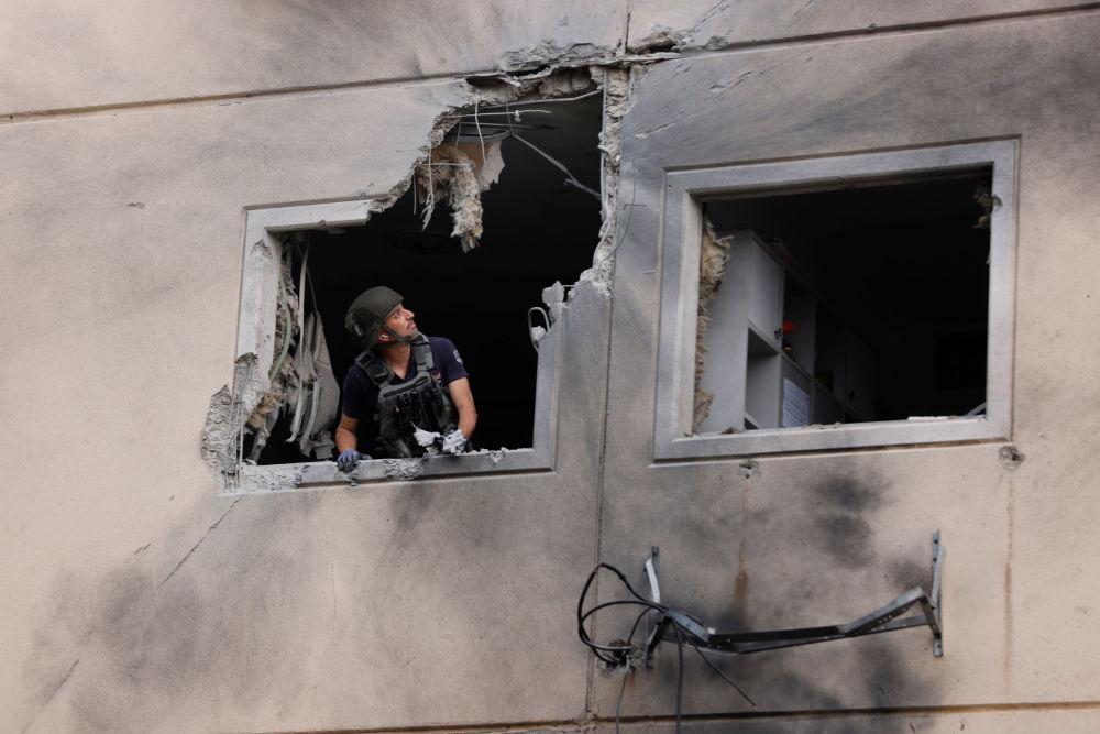 以色列拆弹专家在阿什克伦拆除未爆火箭弹。