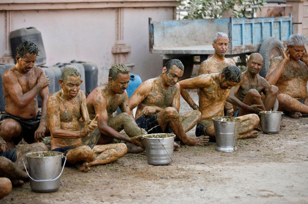 印度民眾用塗抹聖物牛糞的方法增強抵御新冠的能力。