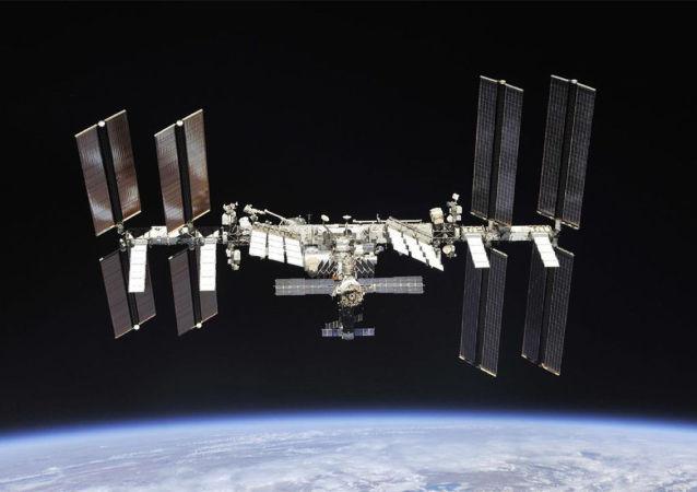俄宇航员在此前出现烟雾的星辰号服务舱对空气取样