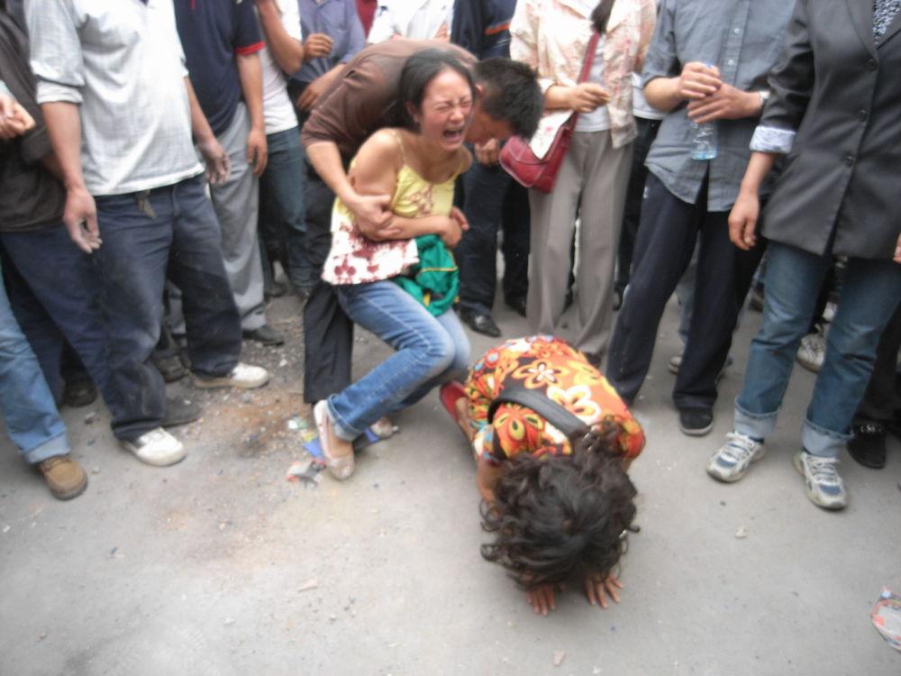 灾区居民当得知亲属遇难后难掩悲痛,放声哭泣。