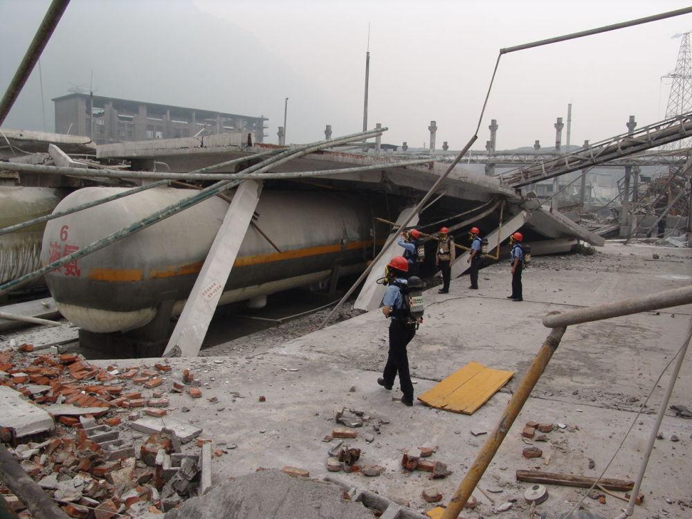 遭受地震损毁的建筑设施。