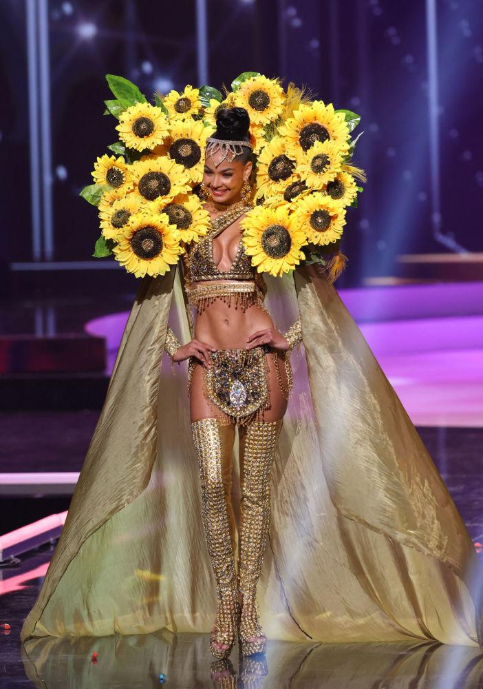 多米尼加共和国小姐金伯利•希门尼斯在比赛中展示民族服饰。