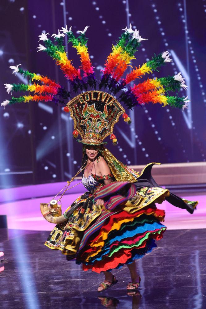 玻利维亚小姐伦卡•奈默在比赛中展示民族服饰。