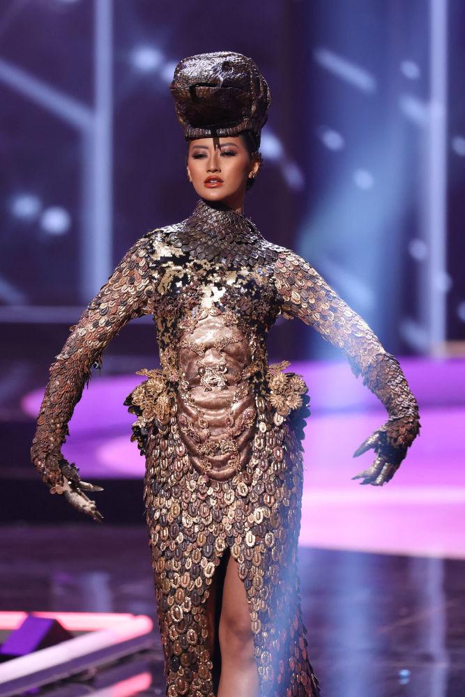 印尼小姐阿尤•莫利达•普特利在比赛中展示民族服饰。