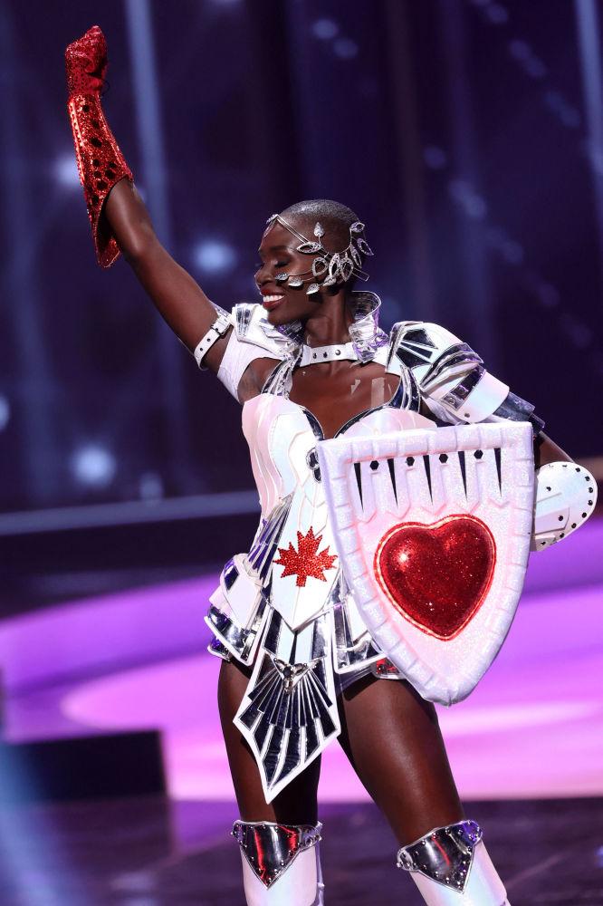 加拿大小姐诺瓦•史蒂文斯在比赛中展示民族服饰。
