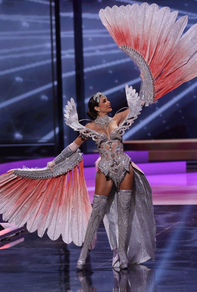 秘鲁小姐亚尼克•马塞塔•德尔•卡斯蒂洛在比赛中展示民族服饰。