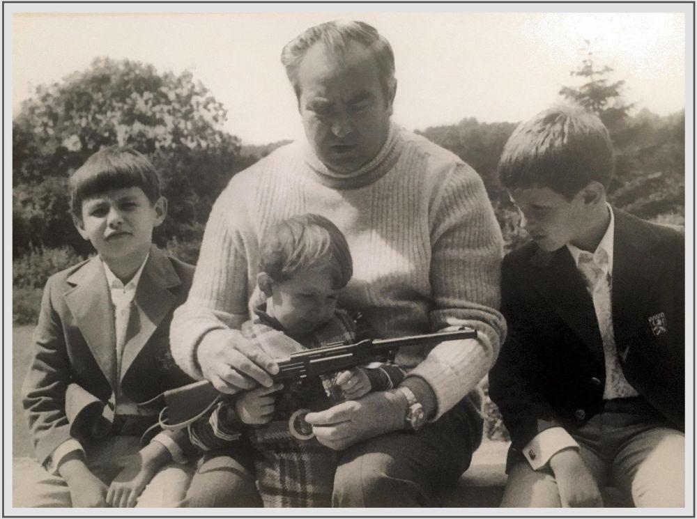 20世紀80年代,蘇聯元帥、「蘇聯英雄」維克托•格奧爾基耶維奇•庫利科夫帶著孫子們:謝爾蓋、尼古拉和阿列克謝在德國度假。