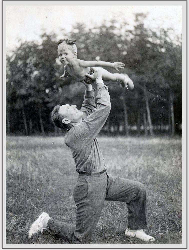 1940年,蘇聯元帥、「蘇聯英雄」謝爾蓋•謝苗諾維奇•比留佐夫和女兒奧莉加在鄉間別墅。