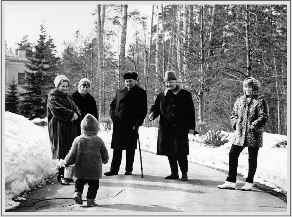 蘇聯元帥、兩次獲得「蘇聯英雄」榮譽稱號的伊萬•斯捷潘諾維奇•科涅夫和家人在莫斯科郊外的別墅中,照片拍攝於20世紀60年代。