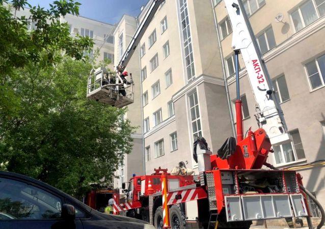 俄緊急情況部:葉卡捷琳堡一居民樓屋頂起火 火災面積500平方米