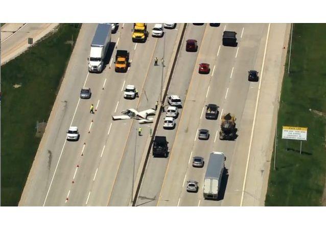 美国一架轻型飞机紧急迫降公路