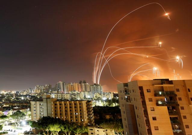 医护人员:以色列与加沙交界处一栋建筑被火箭弹击中 10人受伤