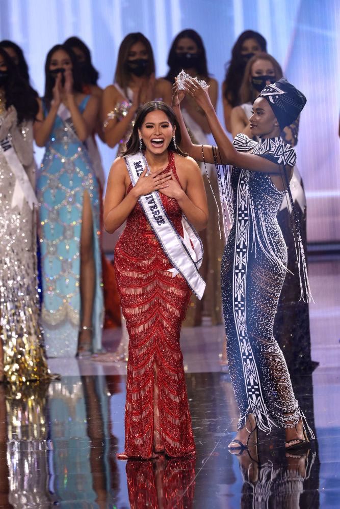 墨西哥小姐安德莉亞•梅薩加冕桂冠。