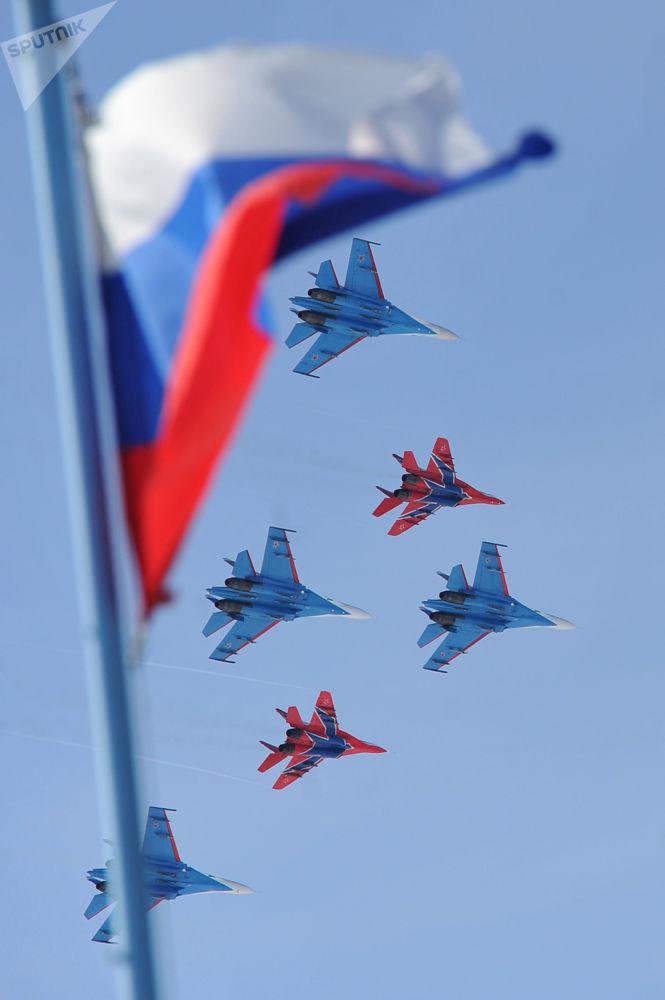 """飞行表演中的""""俄罗斯勇士""""的苏-27战斗机和""""雨燕""""的米格-29战斗机。"""