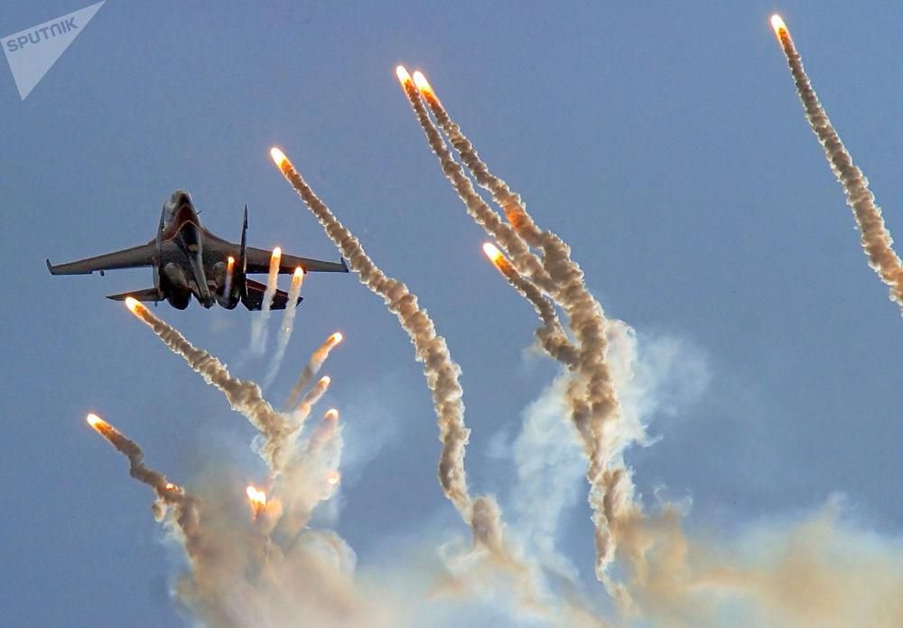"""""""俄罗斯勇士""""特技飞行队在巴拉诺维奇市进行表演。"""