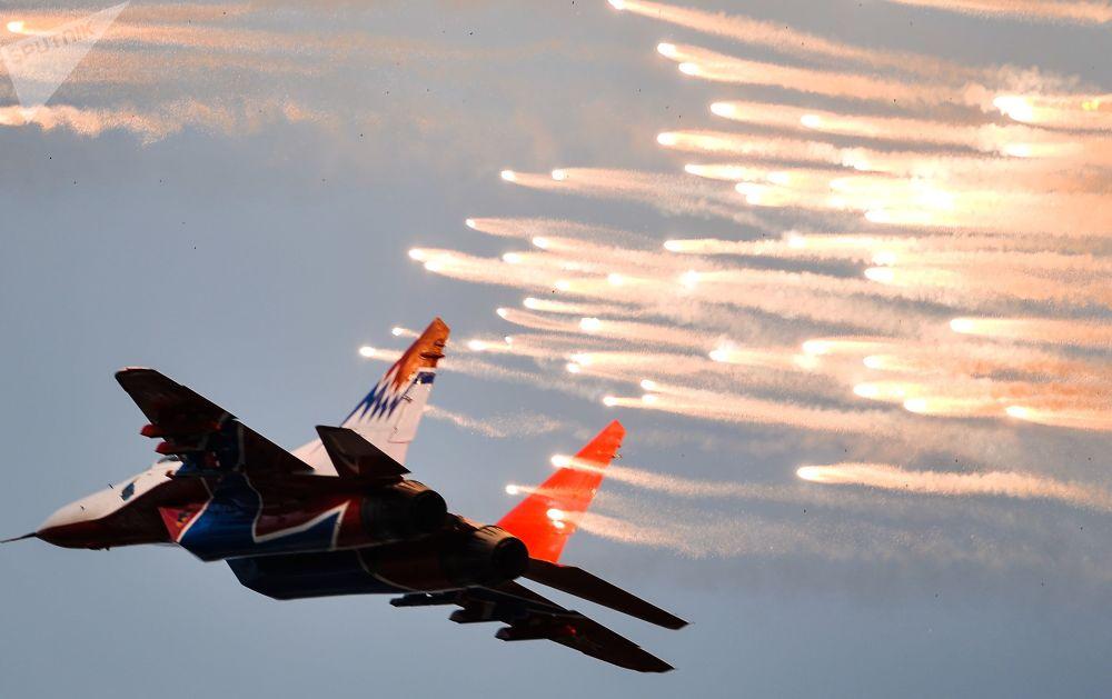 """""""雨燕""""特技飞行队在2015年国际航空航天展览会(MAKS)上进行表演。"""