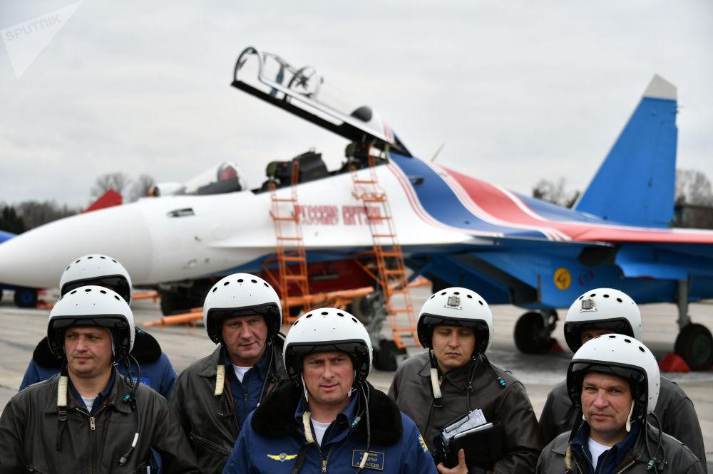 """""""俄罗斯勇士""""特技飞行队在彩排结束后。"""