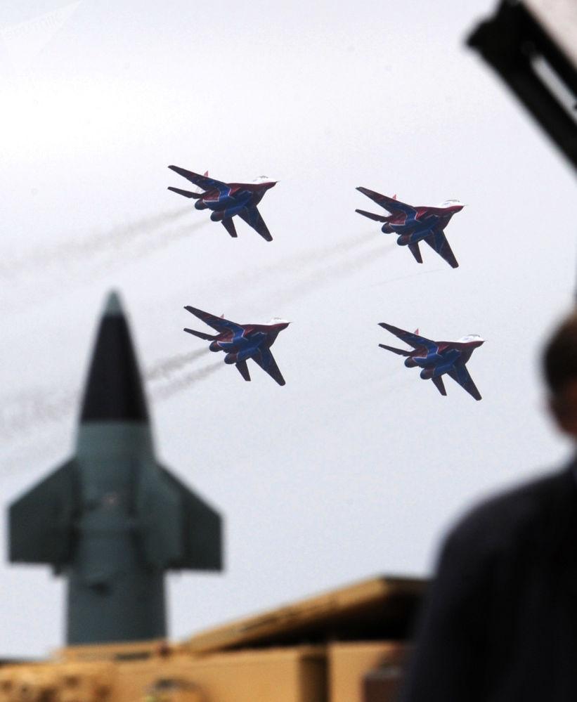 """茹科夫斯基,2009年国际航空航天展览会(MAKS)上进行表演的""""雨燕""""特技飞行队。"""