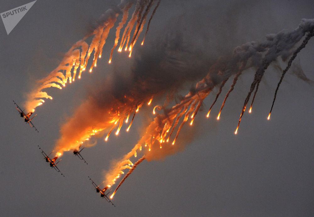 """茹科夫斯基,2009年国际航空航天展览会(MAKS)上的""""俄罗斯勇士""""特技飞行队。"""