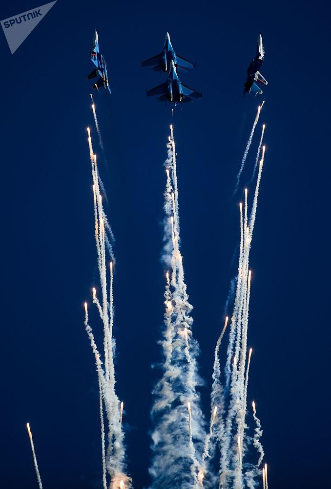 """""""俄罗斯勇士""""特技飞行队的苏-30SM和苏-35S战斗机进行飞行表演。"""