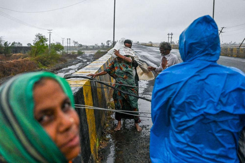 印度街上被熱帶氣旋「陶特」颳倒的電線桿。