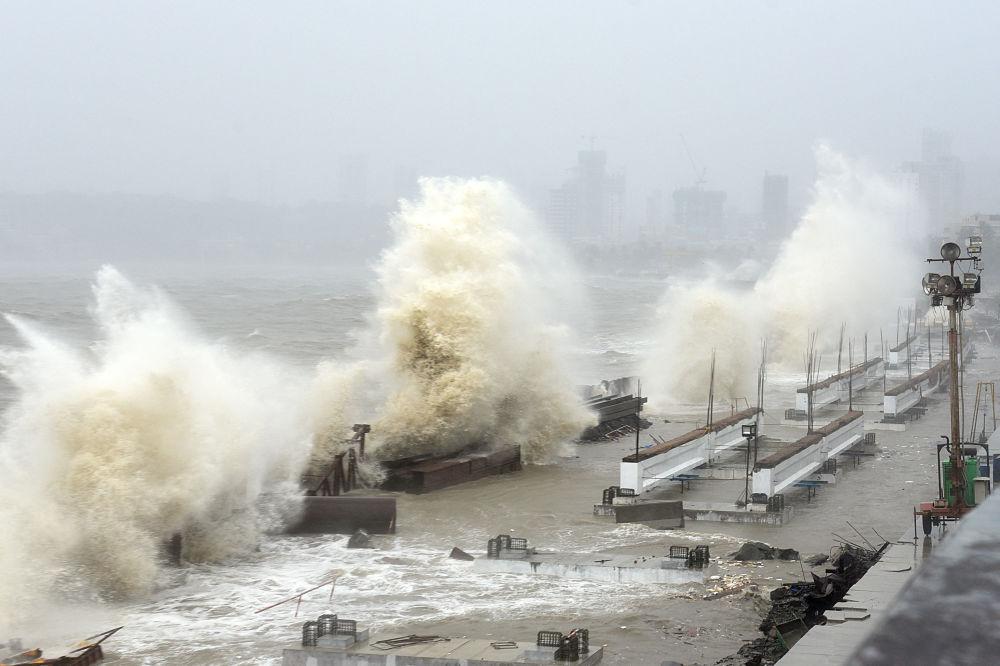 孟買,颶風引發狂風巨浪。