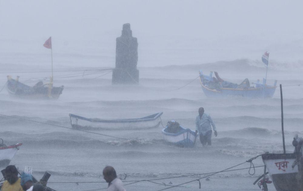 孟買,一位漁夫帶著他的船等待幫助。