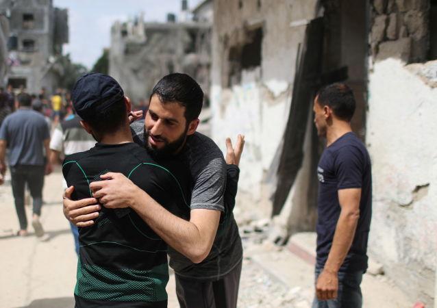 巴勒斯坦居民返回家园后相拥庆祝。