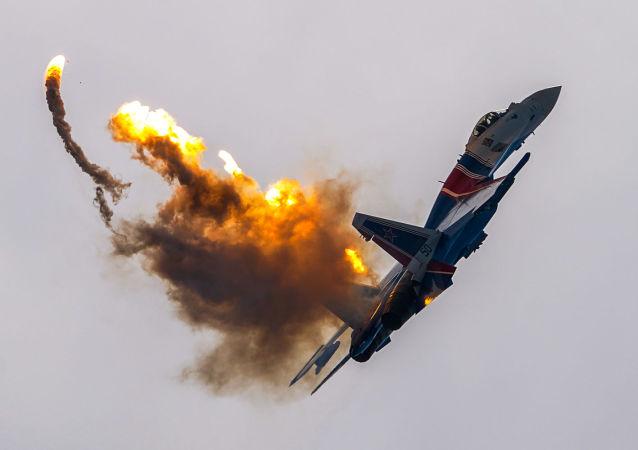 """俄军""""俄罗斯勇士""""与""""雨燕""""飞行表演队组建30周年纪念活动。"""