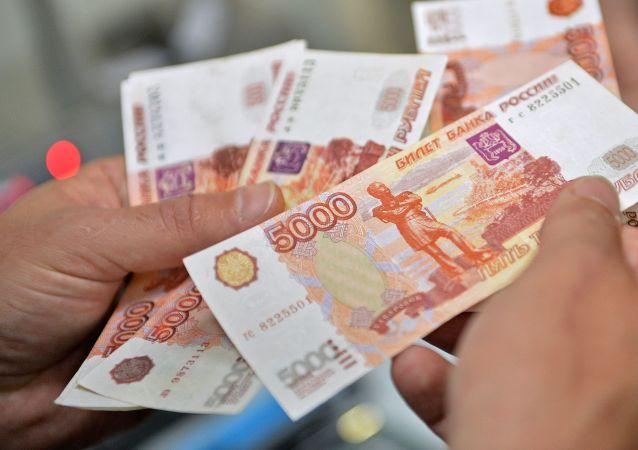 俄罗斯人解释存钱的原因