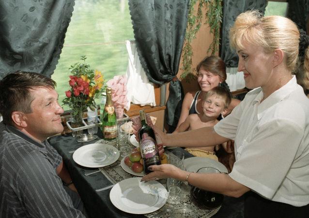 """1999年,""""索契""""号服务专列餐车。"""