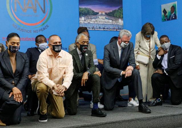 紐約市長下跪9分29秒紀念弗洛伊德